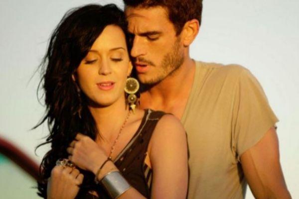 Katy Perry y Josh Kloss en el videoclip de Teenage Dream