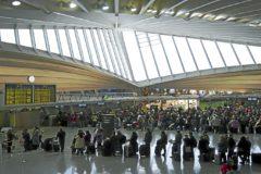 Colas de pasajeros para facturar en el aeropuerto de Loiu.