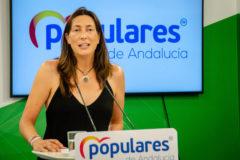 Loles López, secretaria general del PP-A en la rueda de prensa de este lunes en la sede del partido en Sevilla.