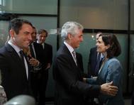 Isabel Díaz Ayuso saluda a Adolfo Suárez Illana en presencia de Teodoro García Egea.
