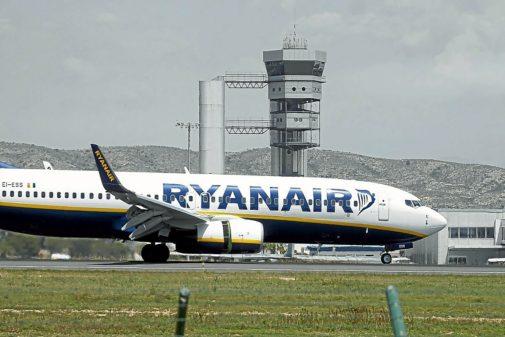 Un avión de la compañía Ryanair en el aeropuerto de Alicante, en imagen de archivo.