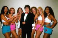 Foto de archivo de Georgie Dann junto a su grupo de bailarinas.