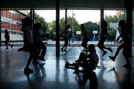 Varias niñas juegan en el patio de un colegio concertado de Valencia.