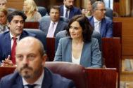 Díaz Ayuso, en su escaño de la Asamblea, junto a su equipo