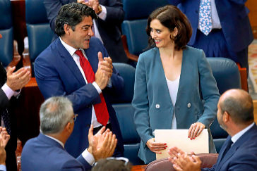 David Pérez aplaude a Díaz Ayuso tras su discurso de investidura