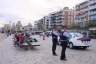 Dos mossos patrullan en paseo marítimo de Blanes.
