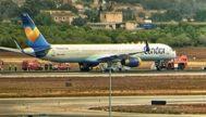 El avión de Condor en la pista Norte de Son Sant Joan en la mañana de ayer, donde pasó dos horas parado.