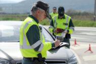 Agentes de la Guardia Civil realizando controles rutinarios.