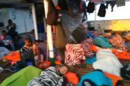 GRAF6056 ITALIA.14/8/2019.- Imagen facilitada por la ONG española <HIT>Open</HIT> <HIT>Arms</HIT> de algunos de los 151 migrantes que lleva a bordo de su barco.La embarcación se encuentra a unas 29 millas de las costas de la isla de Lampedusa (sur de Italia) desde hace doce días y ha advertido de que en las próximas horas se espera un empeoramiento de las condiciones meteorológicas, con fuertes ráfagas de viento y un aumento del oleaje. <HIT>Open</HIT> <HIT>Arms</HIT>