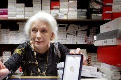 Dolores Agra muestra la medalla al Mérito por el Trabajo, concedida cuando superó los 61 años de cotización.