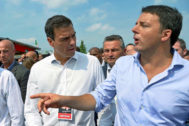 Matteo Renzi (cuando era primer ministro de Italia) conversa con el líder del PSOE, Pedro Sánchez, en la reunión anual del Partido Democrático.