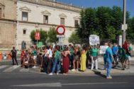 """Docentes interinos se concentran ante el Parlamento para """"hacer presión"""" a Imbroda por su situación."""