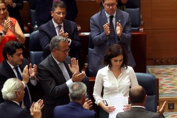 GRAF6160. MADRID.- La candidata popular Isabel Díaz <HIT>Ayuso</HIT> (d) recibe el aplauso de los diputados de su formación durante la segunda y última jornada del debate de investidura de la Comunidad de Madrid, en el que previsiblemente resultará elegida con los votos a favor de PP, Ciudadanos y Vox.