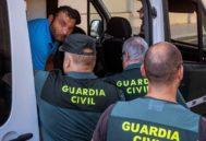 Llegada a los juzgados de los dos hermanos vendedores ilegales detenidos por apuñalar al jefe de la Policía Local de Punta Umbría.