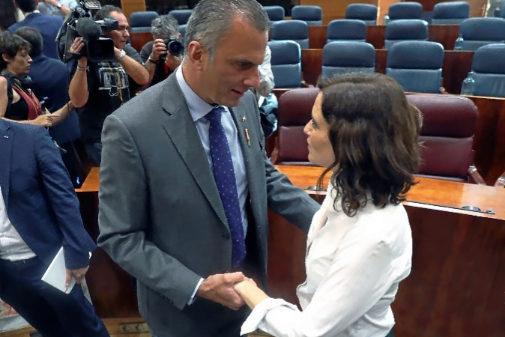 Javier Ortega Smith felicita a Isabel Díaz Ayuso, tras su...