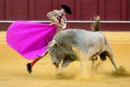 Media verónica de Enrique Ponce al primer toro de Juan Pedro Domecq, este miércoles, en La Malagueta.