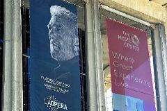 Aspecto de la fachada de la Ópera de Los Ángeles, este jueves, con una de las cartelas de la programación dedicada a su director general, Plácido Domingo