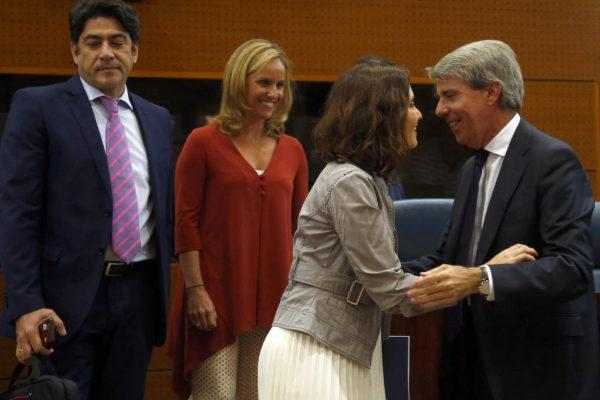 Isabel Díaz Ayuso saluda a Ángel Garrido en la Asamblea de Madrid el...