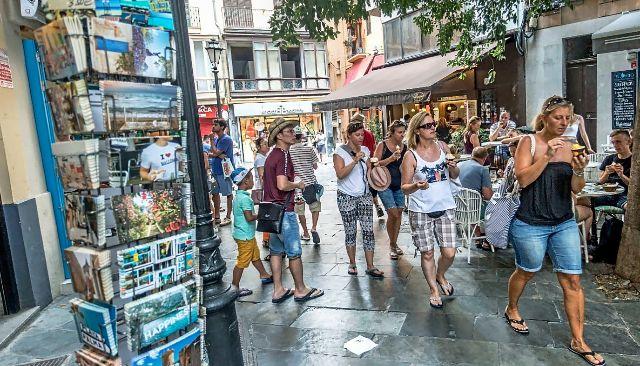 Turistas paseando por el centro de Palma la pasada semana. JORDI AVELLÀ