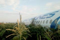 El avión de la compañía rusa Uralskie Avialinii, tras aterrizar en el campo de maíz.