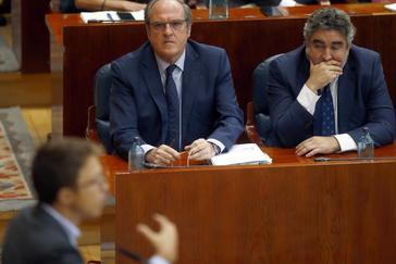 Ángel Gabilondo observa el discurso de Íñigo Errejón