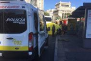 Efectivos del Samur atienden a la motorista tras quedar atrapada bajo las ruedas de un autobús.