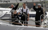 Greta Thunberg, su padre, Svante, Pierre Casiraghi y el patrón del barco, Boris Herrmann, se despiden antes de zarpar este miércoles