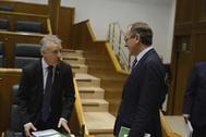 Iñigo Urkullu y Alfonso Alonso, conversando en el Parlamento.AR