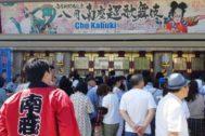 Espectadores en las puertas de uno de los templos del kabuki