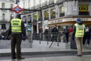 Dos 'hombres anuncio' de joyerías y casas de empeño pasean por los alrededores de la madrileña Puerta del Sol.