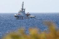 El barco Open Arms se acerca a la costa italiana de Lampedusa.