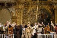 Lluvia de oropel sobre el escenario principal de la Basílica de Santa María