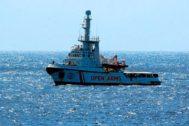 El barco humanitario Open Arms, frente a las costas de Lampedusa.