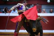 Pase de pecho de El Juli a 'Chulo' de Domingo Hernández, este jueves, en el coso de Illumbe.