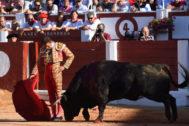 Derechazo de apertura de faena de Antonio Ferrera con el primer toro de Montalvo, este jueves en el coso de El Bibio.