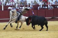 Diego Ventura clavando al quiebro al quinto toro de Luis Terrón, este jueves en La Malagueta.