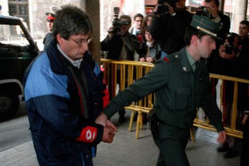 El ex Policía Local de Olot, Antoni Guirado, llega a declarar a los juzgados de Girona en 1999 acompañado por un Guardia Civil.