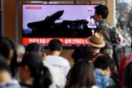 Surcoreanos ven las noticias sobre el lanzamiento de misiles norcoreanos.