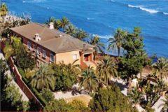 La casa tiene salida directa al paseo peatonal que bordea la playa de la Marineta Casiana en Dénia.