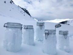 Tarros con muestras de nieve