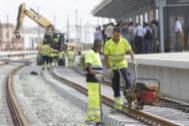 Operarios trabajando en las vías por donde pasa el AVE.