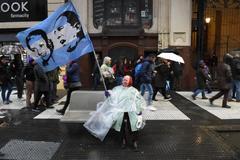 Una mujer ondea una bandera con las caras de Juan Domingo y Eva Perón en Buenos Aires.