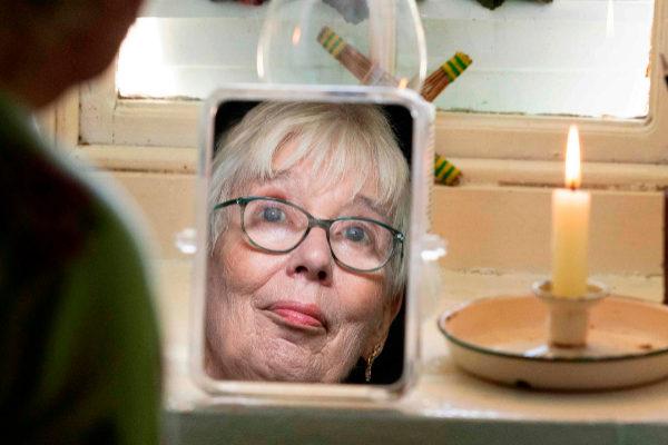 Margaret Gallagher, de 77 años, vive sin luz eléctrica ni agua...
