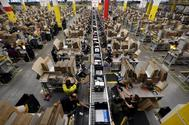 Los trabajadores de Amazon procesan los pedidos, en un área de empaque dentro del centro de distribución de la empresa en El Prat, cerca de Barcelona