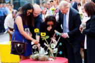 Familiares de las víctimas mortales del atentado en Barcelona y Cambrils depositan flores ante el mosaico de Joan Miró en La Rambla.