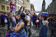 Dos bailarines, en el Royal Mile de Edimburgo, durante el Fringe.