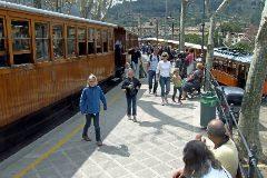 El tren y el tranvía, propiedad de la empresa Ferrocarril de Sóller SA, en la estación del municipio del Valle. G. MERCÈ