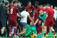 Istanbul (Turkey), 14/08/2019.- Picture released 16 August 2019 shows Liverpool's goalkeeper <HIT>Adrian</HIT> (green shirt) being helped by teammates after a pitch invader (L white shirt, partly covered) rushed into him while another pitch invader (C white shirt) approaches him at the end of the penalty shootout of the UEFA Super Cup soccer match between Liverpool FC and Chelsea FC in Istanbul, Turkey, 14 August 2019. Liverpool FC manager Juergen Klopp said 16 August 2019 that <HIT>Adrian</HIT> has a swollen ankle following the incident and is in doubt to play the upcoming Premier League game against Southampton on 17 August. (Turquía, Estanbul) EPA/