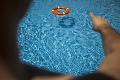 Un socorrista en una piscina de unas instalaciones privadas.