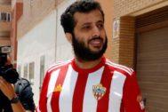 Turki bin Al Shaij, nuevo presidente del Almería, con la camiseta del equipo
